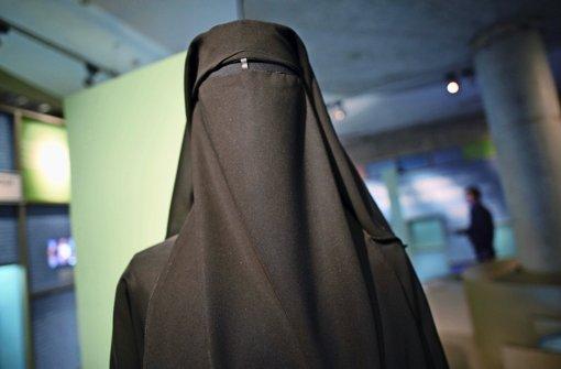Ein Muslima im Nikab der Vollverschleierung, die der IS auch für Sklavinnen vorsiehtFoto: dpa