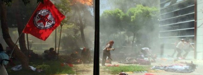epa04854206 People run away during an explosion at a cultural center in Suruc, Sanliurfa province, Turkey, 20 July 2015. At least 20 people were killed and some 100 wounded in a suicide blast ouside a cultural centre in Suruc, Sanliurfa province. The incident took place in Suruc, across from northern Syria town Kobane, which was the scene of heavy battles earlier this year between Kurdish fighters, backed by United States-led airstrikes, and the Islamic State extremist group. Nearlt at the same time, casualties were reported in a car bombing in Kobane near a checkpoint close to the Syrian-Turkish border. EPA/DICLE NEWS AGENCY BEST QUALITY AVAILABLE ; TURKEY OUT +++(c) dpa - Bildfunk+++