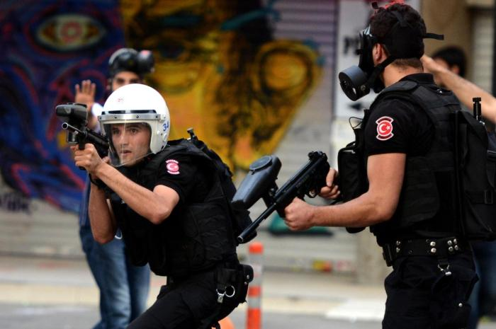 Turkish-riot-police-fire-rubber-bullets